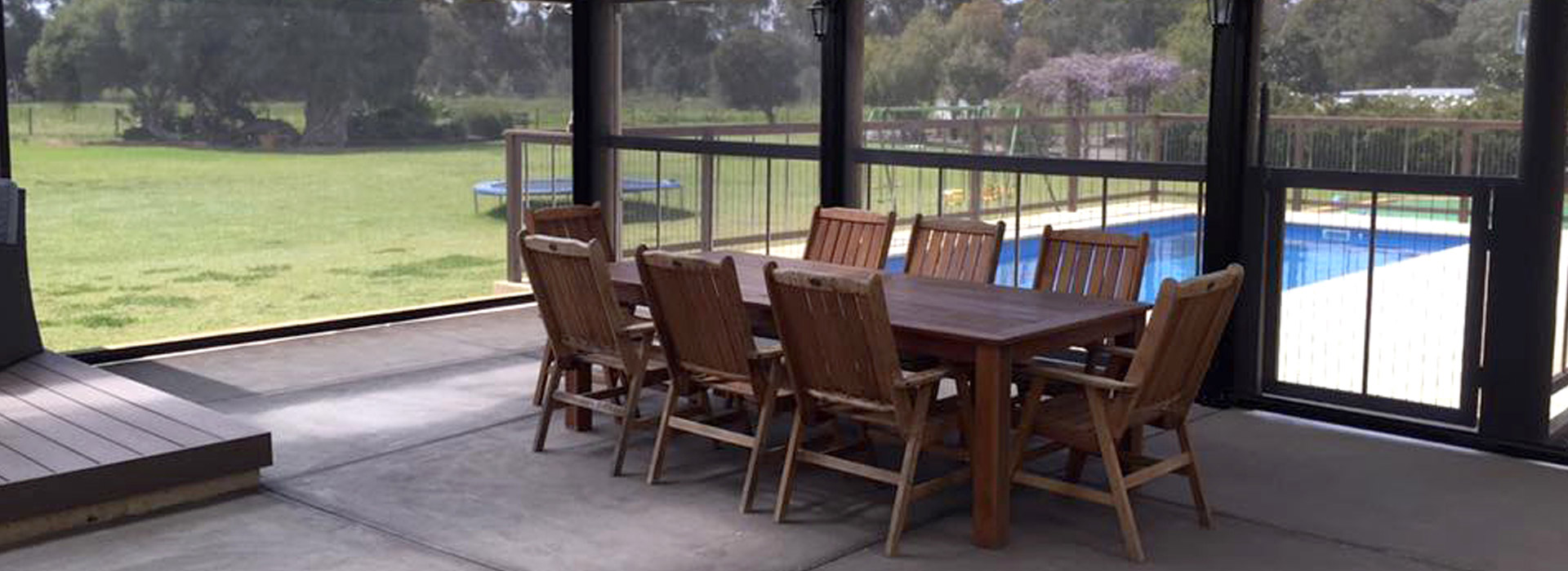 outdoor-table-with-patio-blinds-adelaide